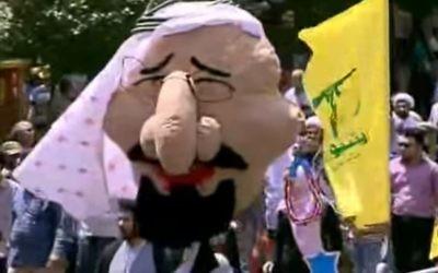 Un rassemblement anti-israélien à Téhéran le 23 juin 2017, avec des manifestants tenant des drapeaux du Hezbollah et une marionnette du roi saoudien Salman ressemblant à un stéréotype juif (Crédit : Capture d'écran YouTube / Russia Today)