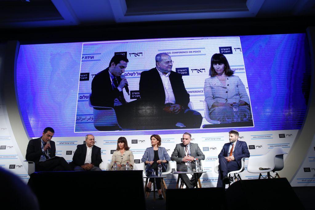 Les politiciens débattant du conflit israélo-palestinien à la Conférence sur la paix de Haaretz à Tel Aviv, le 12 juin 2017 (Crédit : Tomer Appelbaum)