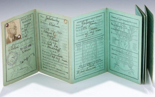 La carte de réfugié appartenant à  Zeev Jabotinsky vendue 20 000 dollars lors d'une vente aux enchères à New York, le 13 juin 2017. (Crédit : autorisation)