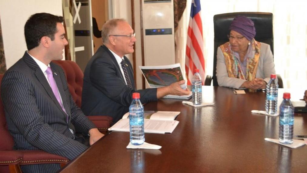 L'ambassadeur israélien au Ghana et au Liberia Ami Mehl, à gauche, Yossi Abramowitz, au centre, et la présidente du Liberia H.E. Ellen Johnson Sirleaf discutent des champs photovoltaïques futurs et du secteur de l'énergie dans le pays le dimanche 4 juin 2017 (Autorisation : Energiya Global)