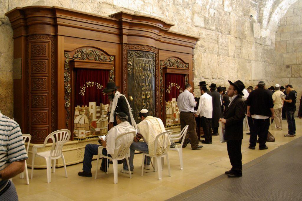Une arche de la Torah au sein de la section réservée aux hommes de l'arche de Wilson, en novembre 2008 (Crédit : Berthold Werner/ domaine public via wikipedia)