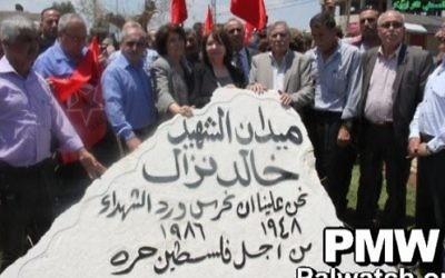 Monument d'hommage au 'martyr' Khaled Nazzal sur une place qui porte son nom, à Jénine, en juin 2017. Nazzal a orchestré, entre autres attentats, le massacre de Maalot en 1074, pendant lequel des terroristes palestiniens ont assassiné 22 écoliers et quatre adultes. (Crédit : Palestinian Media Watch)