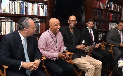 De gauche à droite, le rabbin Marc Schneier et Russell Simmons de la Foundation for Ethnic Understanding ; la star de la NBA Kareem Abdul-Jabbar; le consul général Sam Grundwerg, et le militant musulman Mahomed Akbar Khan célèbrent le mois du Ramadan au consulat israélien de  Los Angeles, le 15 juin 2017. (Crédit : Michelle Mivzari via JTA)