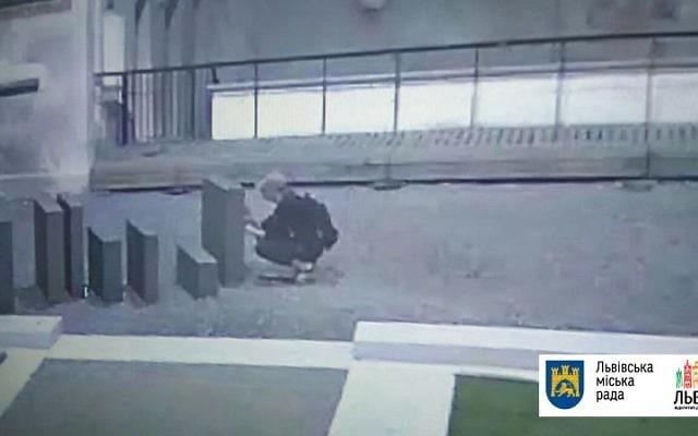 La maire du Lviv a diffusé des images du vandale qui dégrade un mémorial de la Shoah, le 21 juin 2017. (Crédit : Lviv City Hall)