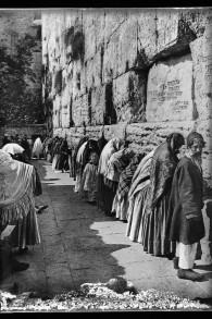 Des hommes et des femmes ensemble au mur Occidental entre 1900 et 1920 (Crédit : G. Eric and Edith Matson Photograph Collection/Librairie du Congrès)