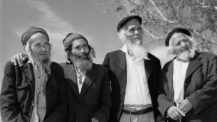 Un groupe d'hommes yéménites, résidents d'un village israélien pour les personnes âgées maintenu grâce au JDC / Malben. Israël, 1963 (Crédit : Autorisation)