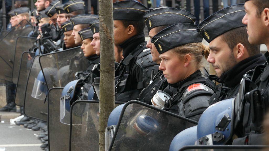 La police durant la manifestation Nuit Debout en France; capture d'écran du documentaire « Un peuple élu et mis à part, l'antisémitisme en Europe ». (Crédit : autorisation)