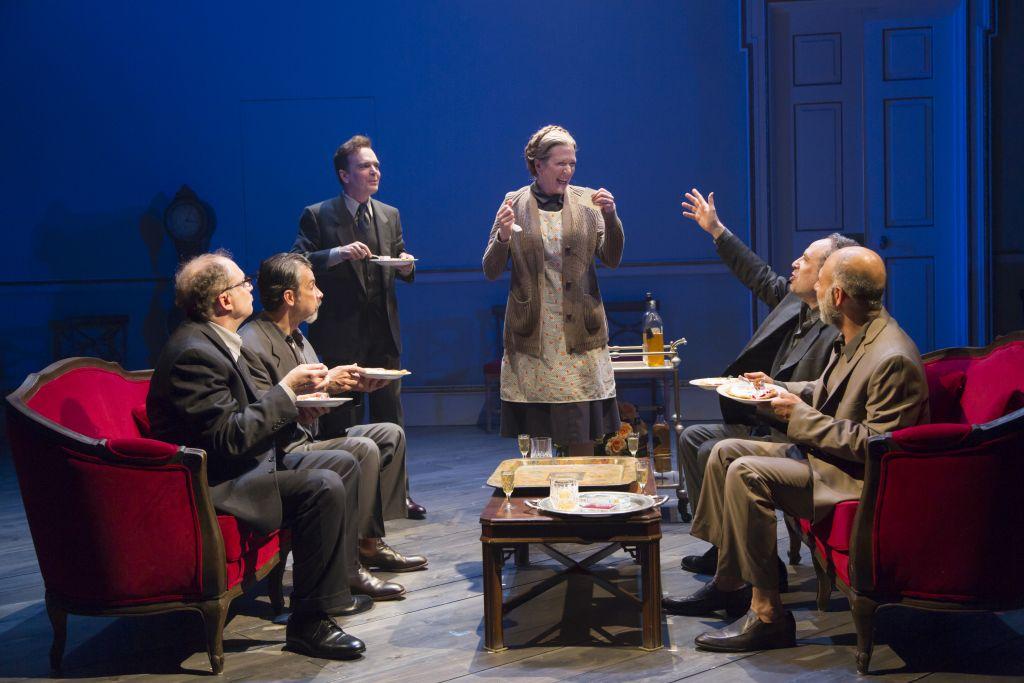 """Henny Russel, au centre, avec Daniel Jenkins, Dariush Kashani, Jefferson Mays, Daniel Oreskes, et Anthony Azizi, dans la pièce """"Oslo"""". (Crédit : autorisation)"""