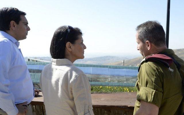 Nikki Haley, ambassadrice américaine aux Nations unies, avec l'ambassadeur israélien Danny Danon, à gauche, et un officier israélien, à droite, le 8 juin 2017. (Crédit : David Azagury/ambassade américaine à Tel Aviv)
