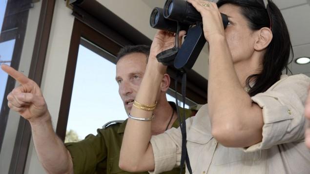 L'envoyé des Etats-Unis à l'ONU Nikki Haley lors d'un briefing à la frontière libanaise le 8 juin 2017 (Crédit : David Azagury / Etats-Unis Embassy Tel Aviv)