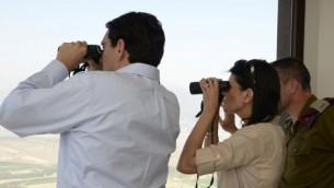 L'envoyé à l'ONU des Etats-Unis Nikki Haley et l'ambassadeur d'Israël à l'ONU Danny Danon à la frontière libanaise, le 8 juin 2017 (Crédit : David Azagury / Ambassade des États-Unis, Tel Aviv)