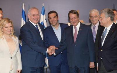 Le Premier ministre Benjamin Netanyahu, son homologue grec Alexis Tsipras et le président chypriote Nikos Anastasiades, à Thessalonique, en Grèce, le 15 juin 2017. (Crédit : Amos Ben Gershom/GPO)