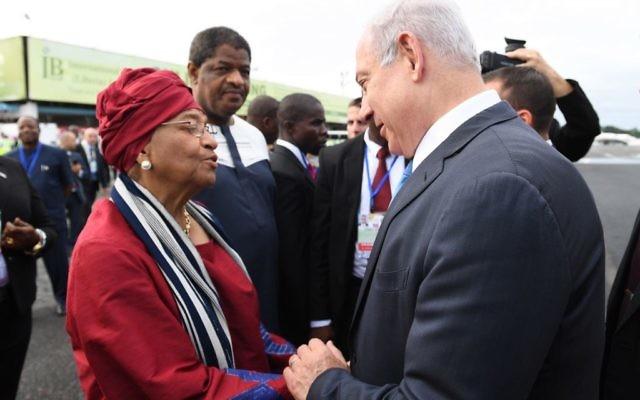 Le Premier ministre Benjamin Netanyahu accueilli à son arrivée au Liberia par la présidente, Ellen Johnson-Sirleaf, le 4 juin 2017. (Crédit : Kobi Gideon/GPO)