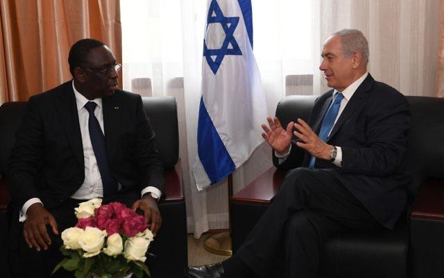 Le Premier ministre Benjamin Netanyahu avec Macky Sall, le président du Sénégal, au Liberia, en marge du sommet de la CEDEAO, le 4 juin 2017. (Crédit : Kobi Gideon/GPO)