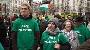"""Capture d'écran du documentaire allemand """"Élus et exclus  - la haine des juifs en Europe"""". Le pasasge montre une manifestation du BDS à Paris. (Crédit : autorisation)"""