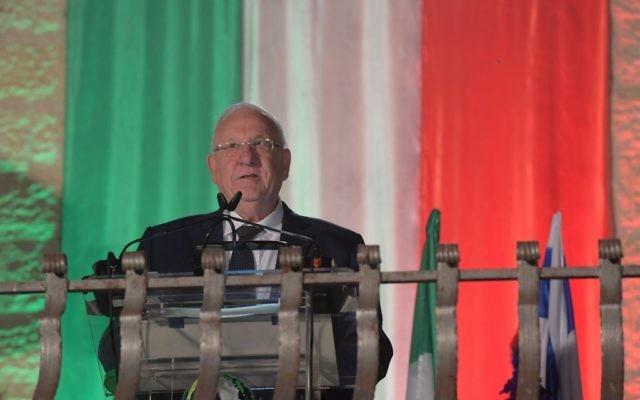 Le président Reuven Rivlin pendant les célébrations de la fête nationale italienne, à la résidence de l'ambassadeur d'Italie, près de Tel Aviv, le 4 juin 2017. (Crédit : Amos Ben-Gershom/GPO)