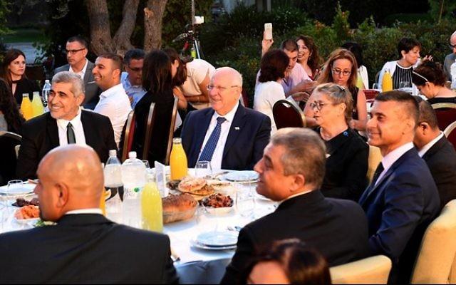 Le président Reuven Rivlin accueille des leaders musulmans et des diplomates étrangers lors d'un repas de l'Iftar pour marquer la fin du jeûne de la journée à l'occasion du Ramadan le 12 juin 2017 à la résidence présidentielle de Jérusalem (Crédit : Mark Neiman/GPO)