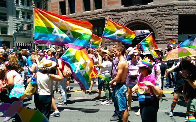 Participants à la Gay Pride de San Francisco avec un drapeau arc-en-ciel orné d'une étoile de David, le 30 juin 2014. Illustration. (Crédit : Wikimedia Commons/via JTA)