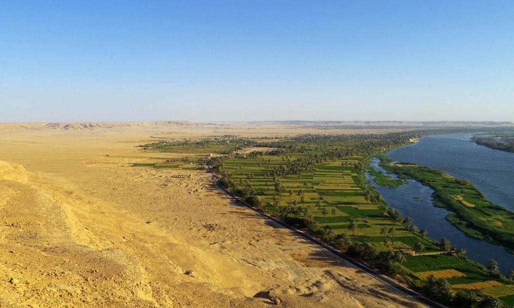 Le site de l'Amarna d'Egypte, pris des falaises du désert au nord de la ville (Crédit : Mary Shepperson / Autorisation du projet Amarna)