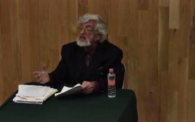 Le musicologue Richard Taruskin à l'université de Columbia, à New York, en février 2016. (Crédit : Capture d'écran YouTube)
