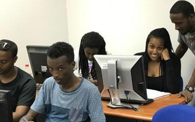 Les élèves de Tech-Career en cours (Crédit :  Shoshanna Solomon/Times of Israel)