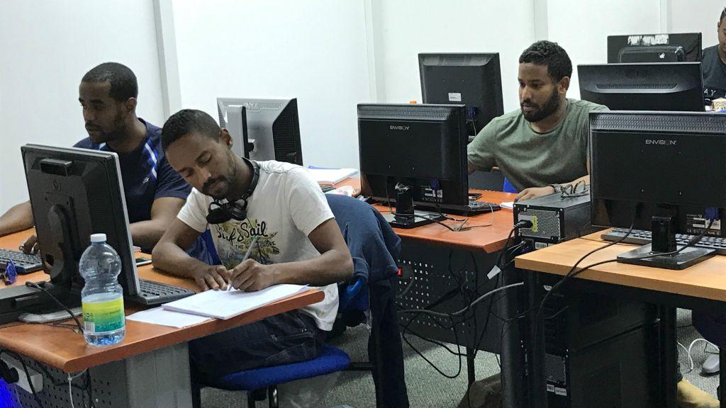 Des étudiants de Tech-Career au travail (Crédit : Shoshanna Solomon/TimesofIsrael)