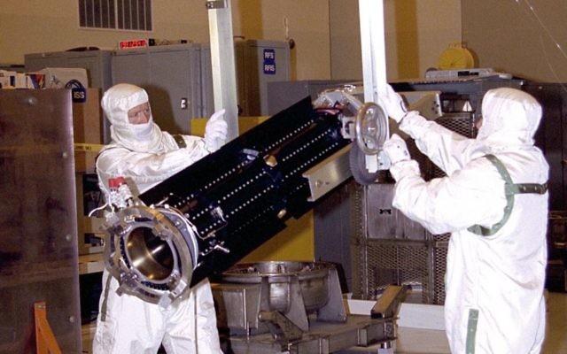 Techniciens manipulant une batterie RTG, en février 2007. Illustration. (Crédit : domaine public/Wikimedia commons)