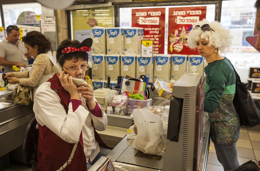 """Supermarket During Purim"" par Udi Goren (Crédit : autorisation de Karen Lehrman Bloch)"