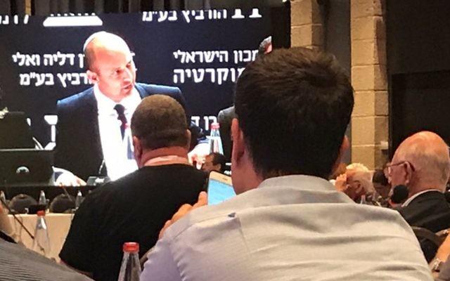 Naftali Bennett lors d'une conférence commerciale à Jérusalem, le 19 juin 2017 (Crédit :  2017. (Shoshanna Solomon/Times of Israel)