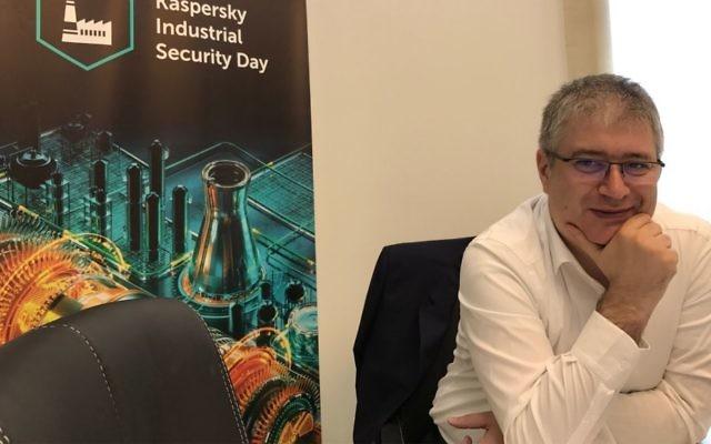 Costin Raiu, Directeur de l'équipe de recherche et d'analyse globale à Kaspersky Lab durant une visite à Jérusalem, le 14 juin 2017 (Crédit : Shoshanna Solomon/Times of Israel)