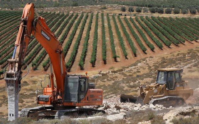 Début des travaux de l'implantation d'Amichai, destinée aux évacués de l'avant-poste d'Amona, le 20 juin 2017. (Crédit : Yonatan Sindel/Flash90)