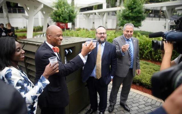 Le maire de Miami Gardens, Oliver Gilbert III, deuxième à gauche, le président de Water-Gen, Yehuda Kaploun et le maire du comté de Miami-Dade, Carlos Gimenez, ont ravagé à Miami Gardens, en Floride, le 20 juin 2017 (Crédit : Autorisation Mendy Studio)