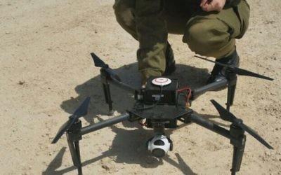 Un soldat de l'unité des renseignements de combats de l'armée inspecte un nouveau drone acheté par les militaires pour les commandants de compagny. (Crédit : Capture d'écran/Unité des porte-paroles de l'armée israélienne)