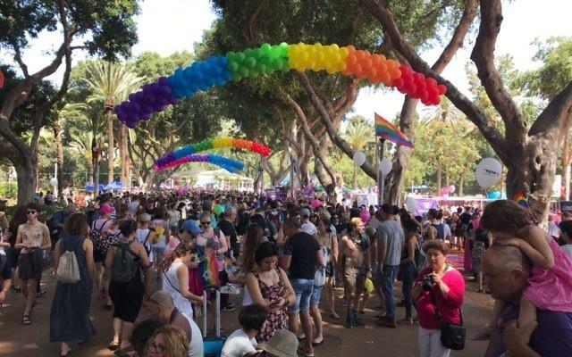 Quelques instants avant le début de la Gay Pride 2017 de Tel Aviv, le 9 juin 2017. (Crédit : Luke Tress/Times of Israël)