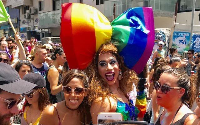 Une foule jeune et joyeuse de dizaines de milliers d homosexuels