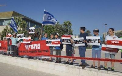 Des résidents de Beit El protestent devant le Bureau du Premier ministre à Jérusalem, le 19 juin 2017. (Autorisation)