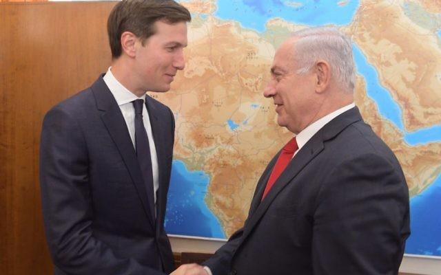 Jared Kushner, à gauche, conseiller du président américain Donald Trump en charge du Moyen Orient, et le Premier ministre Benjamin Netanyahu, à Jérusalem, le 21 juin 2017. (Crédit : Amos Ben Gershom/GPO)