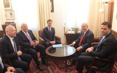 De gauche à droite : Jason Greenblatt, envoyé du président américain Donald Trump au Proche-Orient, David Friedman, ambassadeur des États-Unis en Israël, Jared Kushner, conseiller de Trump en charge du Moyen Orient, le Premier ministre Benjamin Netanyahu, et Ron Dermer, ambassadeur d'Israël aux Etats-Unis, à Jérusalem, le 21 juin 2017. (Crédit : Amos Ben Gershom/GPO)