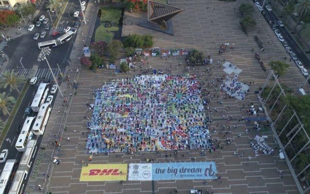 Vue aérienne de la plus grande installation artistique en tapis de yoga au monde, illustrée par Amit Trainin pour représenter Israël en 2018, à l'occasion de la 3e Journée internationale du Yoga à Tel Aviv, le 21 juin 2017. (Crédit : Guy Mador/skylens)