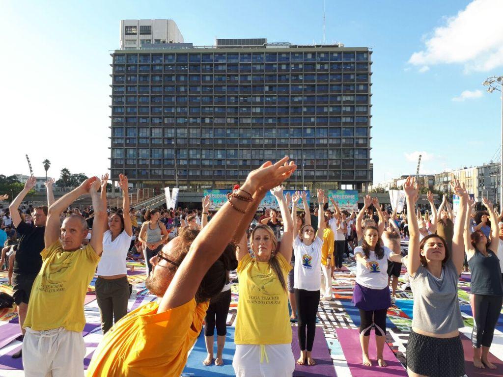 Des centaines de personnes sur la plus grande installation artistique en tapis de yoga au monde, illustrée par Amit Trainin pour représenter Israël en 2018, à l'occasion de la 3e Journée internationale du Yoga à Tel Aviv, le 21 juin 2017. (Crédit : Guy Mador/skylens)