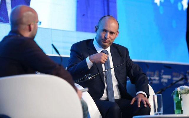 Naftali Bennett, ministre de l'Education et président de HaBayit HaYehudi, pendant la Conférence de Herzliya, le 22 juin 2017. (Crédit : Oded Carni)