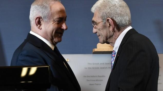 Le premier ministre Benjamin Netanyahu et le maire de Thessalonique Yannis Boutaris lors de la présentation de la plaque commémorative du musée de la Shoah de Thessalonique, le 15 juin 2017. (Crédit : AFP/Sakis Mitrolidis)