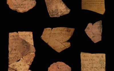 Des inscriptions en hébreu ancien remontant à 2 500 ans découvertes près d'Arad. (Crédit : Université de Tel Aviv / Michael Cordonsky, Autorité des antiquités d'Israël)