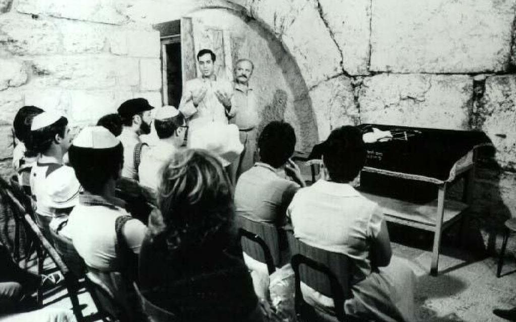 Le rabbin Arnold Resnicoff dirige un service religieux à l'arche de Wilson au mur occidental de Jérusalem en 1983. (Département de la défense/ Domaine public)