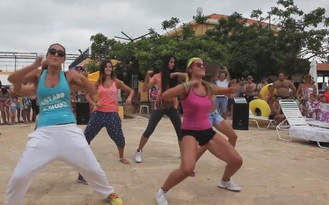 Des danseurs Zumba (Crédit : Capture d'écran YouTube)