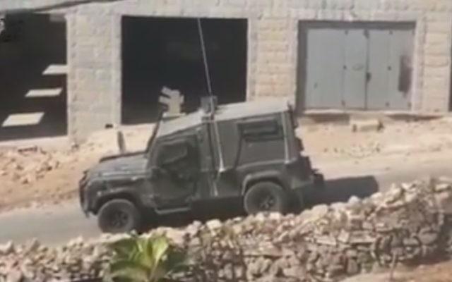 Entrée des forces de sécurité israéliennes à Deir Abu-Mashal, village de Cisjordanie proche de Ramallah, où habitaient les trois terroristes qui ont tué Hadas Malka, le 17 juin 2017. (Crédit : capture d'écran YouTube)