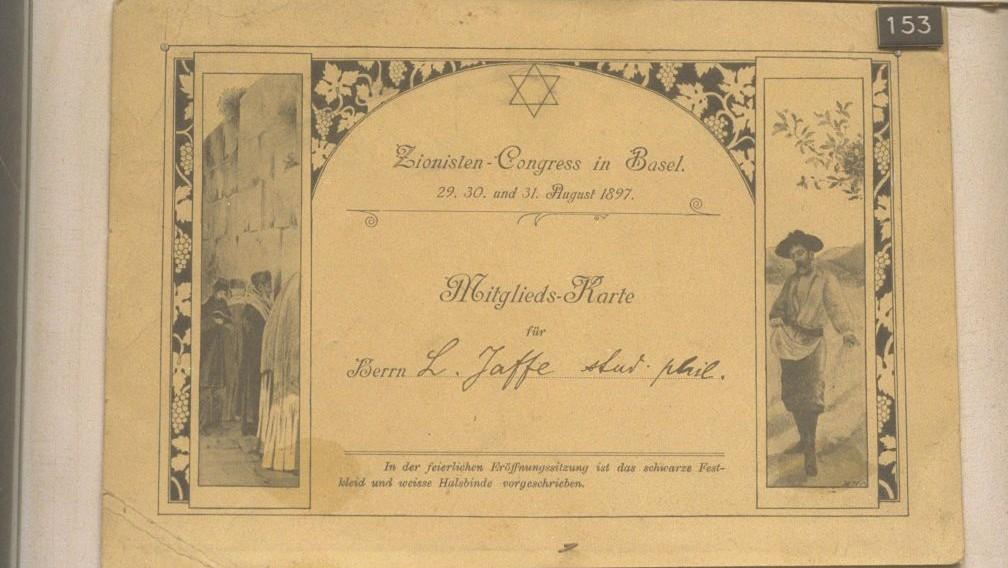 """La """"carte de membre"""" des délégués au Premier congrès sioniste, en 1987, à Bâle. (Crédit : Yaacov Saar/GPO)"""