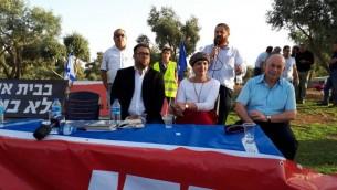 De gauche à droite, les députés Oren Hazan et Shuli Mualem-Refaeli, et Nissan Slomiansky devant la résidence du Premier ministre à Jérusalem, le 19 juin 2017. (Autorisation)