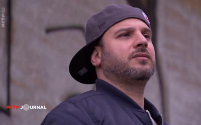 Dans un documentaire d'Arte, le rappeur juif allemand Ben Salomo regrette la démagogie de certains rappeurs aux poncifs antisémites sur la scène allemande (Crédit: capture d'écran Arte)