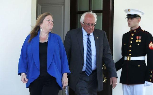 Bernie Sanders, sénateur du Vermont, à droite, et son épouse Jane O'Meara Sanders devant la Maison Blanche après une rencontre avec Barack Obama, le 9 juin 2016. (Crédit : Alex Wong/Getty Images)